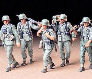 German Machine Gun Crew On Maneuver kit 35 Scale Tamiya 35184